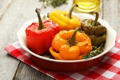 Rote und gelbe Pfeffer angefüllt mit dem Fleisch, dem Reis und dem Gemüse Stockbild