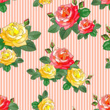 Rote und gelbe Rosen auf einem gestreiften Hintergrund Lizenzfreie Stockfotos