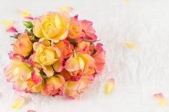 Rote und gelbe Rosen auf weißem Hintergrund Lizenzfreie Stockbilder