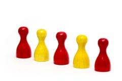 Rote und gelbe Spielstücke lokalisiert Lizenzfreie Stockbilder
