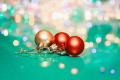 Rote und goldene Bälle und beleuchtete Girlande mit Laternen Weihnachtsflittermakro mit bokeh Festliches Licht des Winters lizenzfreies stockbild