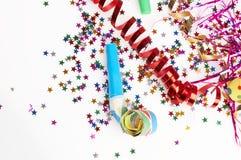 Rote und goldene Farbbänder und kleiner Confetti bunt stockbilder