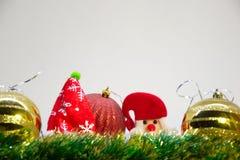 Rote und goldene Weihnachtsbälle, Santa Claus- und Weihnachtsdekoration auf einem weißen Hintergrund Lizenzfreies Stockbild