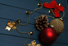 Rote und goldene Weihnachtsdekorationen auf hölzernem Hintergrund Lizenzfreie Stockbilder