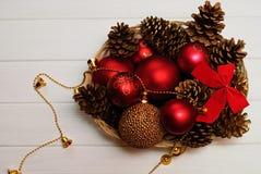 Rote und goldene Weihnachtsdekorationen auf hölzernem Hintergrund Lizenzfreies Stockbild