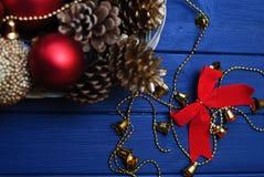 Rote und goldene Weihnachtsdekorationen auf hölzernem Hintergrund Stockfotos