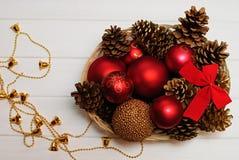 Rote und goldene Weihnachtsdekorationen auf hölzernem Hintergrund Stockbilder