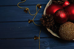 Rote und goldene Weihnachtsdekorationen auf hölzernem Hintergrund Lizenzfreies Stockfoto