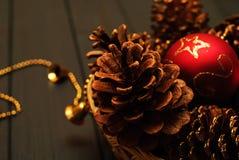 Rote und goldene Weihnachtsdekorationen auf hölzernem Hintergrund Stockbild