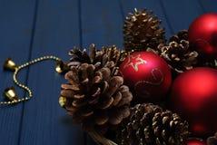 Rote und goldene Weihnachtsdekorationen auf hölzernem Hintergrund Lizenzfreie Stockfotos