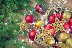 Rote und goldene Weihnachtsdekorationen spielt Bälle und spielt Hintergrund mit einer Girlande von Lichtern die Hauptrolle lizenzfreies stockbild