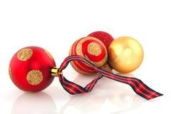Rote und goldene Weihnachtskugeln Stockfotos