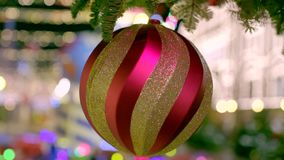 Rote und goldene Weihnachtskugeln stock video