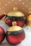 Rote und goldene Weihnachtsverzierungen Stockfotografie