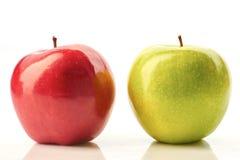 Rote und grüne Äpfel auf Weiß Lizenzfreies Stockbild