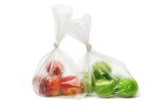 Rote und grüne Äpfel in den Plastiktaschen Stockfotografie