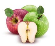 Rote und grüne Äpfel man schnitten zur Hälfte mit Blatt mit Wassertropfen Lizenzfreie Stockfotos
