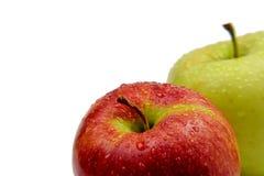 Rote und grüne Äpfel mit dem Tau lokalisiert Stockfotografie