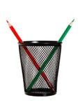 Rote und grüne Bleistifte in der schwarzen Bleistifthalterung Lizenzfreies Stockfoto