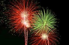 Rote und grüne Feuerwerke lizenzfreies stockbild