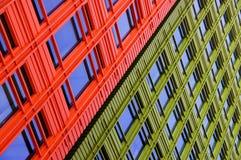 Rote und grüne Gebäude kontrastieren neben einander Lizenzfreies Stockfoto