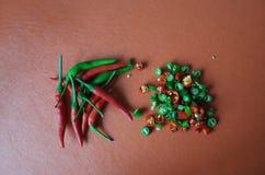 Rote und grüne heiße Paprikas Lizenzfreie Stockbilder