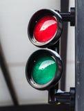 Rote und grüne kleine Ampel Lizenzfreie Stockbilder