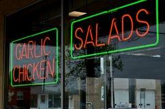 Rote und grüne Leuchtreklame im Fenster Lizenzfreie Stockfotos