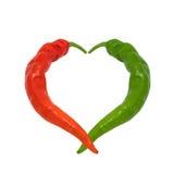 Rote und grüne Paprikapfeffer in der Liebe Stockbild