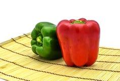 Rote und grüne Paprikas Stockbilder