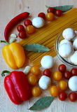 Rote und grüne Pfeffer und Olivenölglas Stockbild