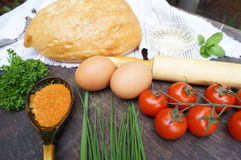 Rote und grüne Pfeffer und Olivenölglas Brot, Tomaten, Eier, Butter, Mehl, Zwiebel, Knoblauch, Petersilie, Gewürze Lizenzfreies Stockbild