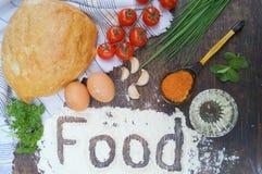 Rote und grüne Pfeffer und Olivenölglas Brot, Tomaten, Eier, Butter, Mehl, Zwiebel, Knoblauch, Petersilie, Gewürze Stockbild