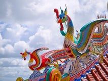 rote und grüne Phoenix-Vögel auf dem Dach im chinesischen Tempel Lizenzfreie Stockfotos