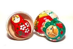 Rote und grüne russische Puppen getrennt Stockfoto