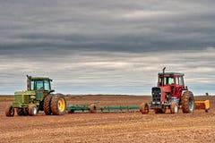 Rote und grüne Traktoren Stockfotos