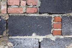 rote und graue Ziegelsteine in der Wand Stockfotos
