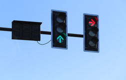 Rote und grüne Pfeilfarbe auf der Ampel Lizenzfreie Stockfotos