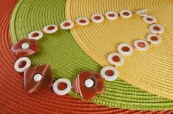 Rote und orange Halskette Stockfoto