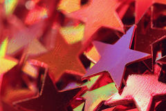 Rote und purpurrote funkelnde Sternkonfettis nah oben Stockfoto