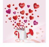 Rote und purpurrote Herzen, die aus Geschenkbox mit großem Verkauf heraus fliegen stockbilder