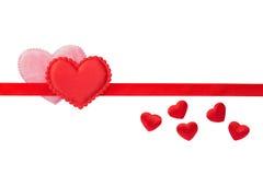 Rote und rosa flaumige Herzen auf rotem Streifen Lizenzfreies Stockbild