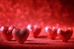 Rote und rosa Töne auf einem Türkis rau, grungy Hintergrund Stockfotos