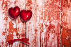 Rote und rosa Töne auf einem Türkis rau, grungy Hintergrund lizenzfreie stockfotografie