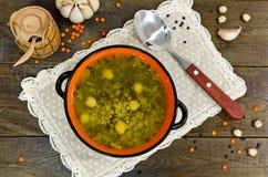Rote und schwarze Linsen der Suppe, Kichererbsen Lizenzfreie Stockfotografie