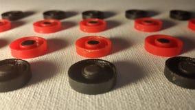 rote und schwarze ungefähre Zahlen auf einem weißen Segeltuch Lizenzfreie Stockbilder