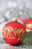 Rote und silberne Weihnachtsverzierungen auf hellem Feiertagsba Lizenzfreie Stockbilder