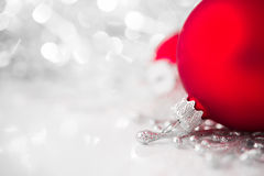 Rote und silberne Weihnachtsverzierungen auf hellem Feiertagshintergrund Lizenzfreie Stockfotos