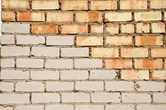 Rote und weiße Backsteinmauer. Lizenzfreie Stockfotografie