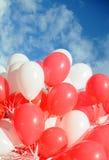 Rote und weiße Ballone Stockbild